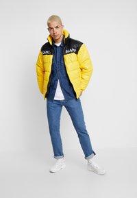 Karl Kani - RETRO BLOCK PUFFER JACKET - Zimní bunda - yellow/black - 1