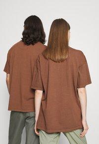 Night Addict - INFRA UNISEX - T-shirt z nadrukiem - brown/black acid wash - 2