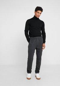 Bruuns Bazaar - CLEMENT CLARK PANT - Trousers - antracite - 1