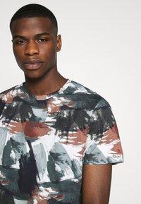 Jack & Jones PREMIUM - JPRBLASTOKE TEE CREW NECK - T-shirts print - smoked - 4