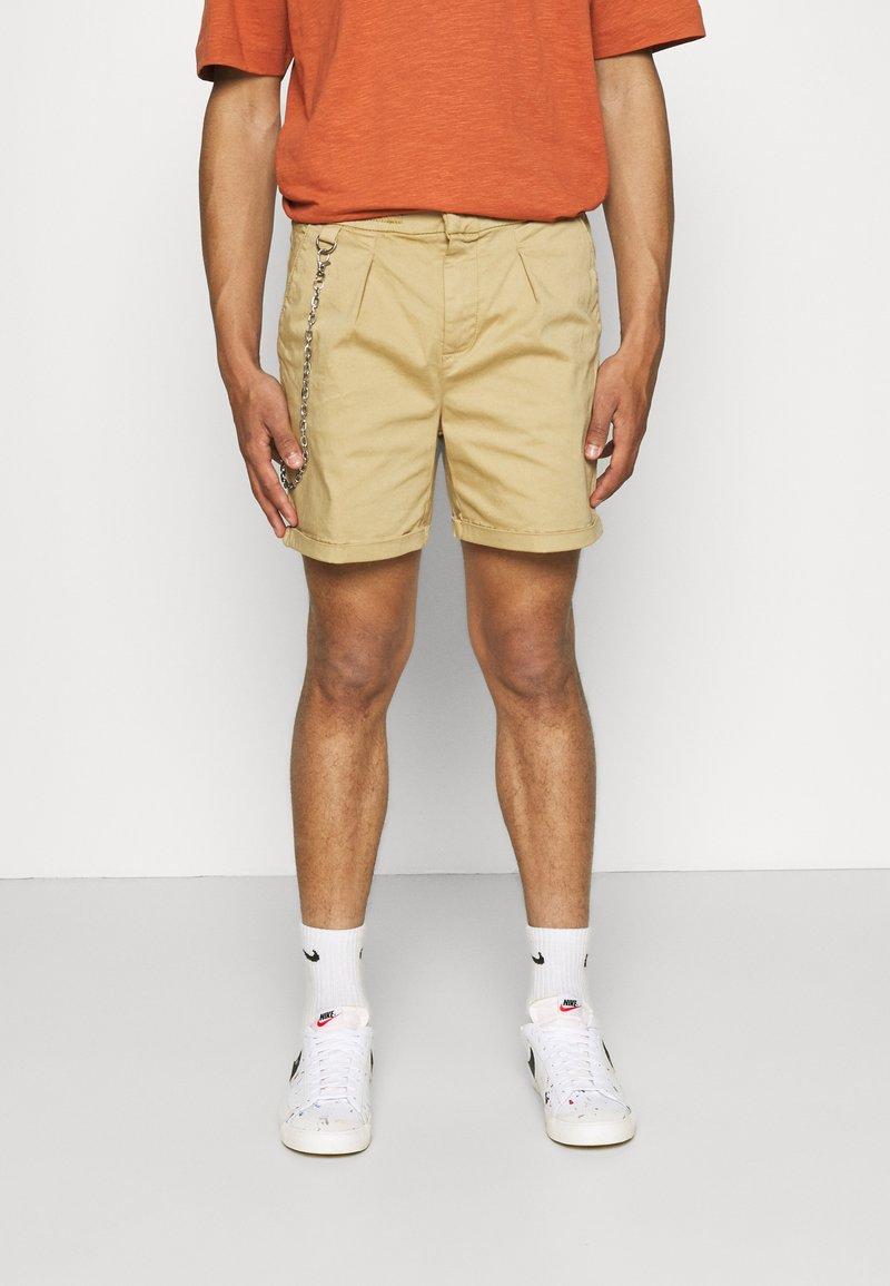 Redefined Rebel - THOMAS - Shorts - sand
