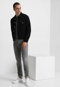Calvin Klein Jeans - SMALL INSTIT LOGO CHEST TEE - T-shirt - bas - grey - 1