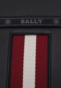 Bally - HOLM UNISEX - Taška spříčným popruhem - black/red - 5