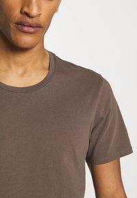 DRYKORN - CARLO - Basic T-shirt - khaki - 4