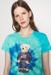 Polo Ralph Lauren - TIE DYE BEAR SHORT SLEEVE - T-shirt con stampa - blue jerry - 3