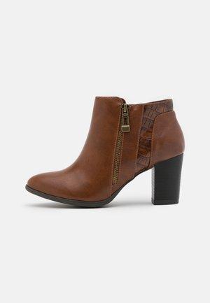 WIDE FIT WATERFALL - Boots à talons - tan