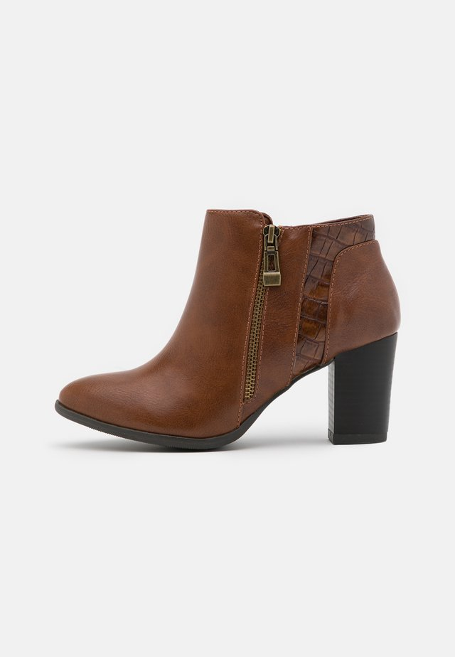 WIDE FIT WATERFALL - Boots à talons - tan