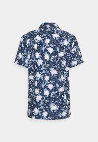Tommy Hilfiger - FLORAL CAMO SHIRT - Skjorta - dark blue/white - 6
