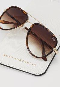 QUAY AUSTRALIA - ALL IN MINI - Occhiali da sole - mottled brown - 3
