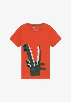 SMALL BOYS - Print T-shirt - tangerine tango