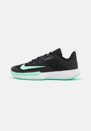 COURT VAPOR LITE - Tenisové boty na všechny povrchy - black/green glow/white