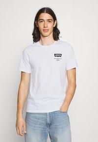 Levi's® - HOUSEMARK GRAPHIC TEE UNISEX - T-shirt imprimé - left chest batwing white - 0