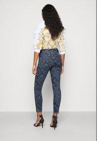 Versace Jeans Couture - Vaqueros pitillo - indigo - 2