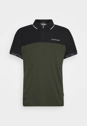 LOGO STRIPE CUFF - Polo shirt - dark olive/black