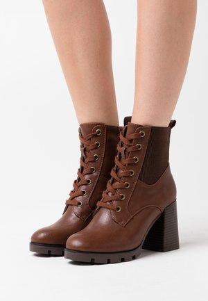 Kotníková obuv na vysokém podpatku - brown