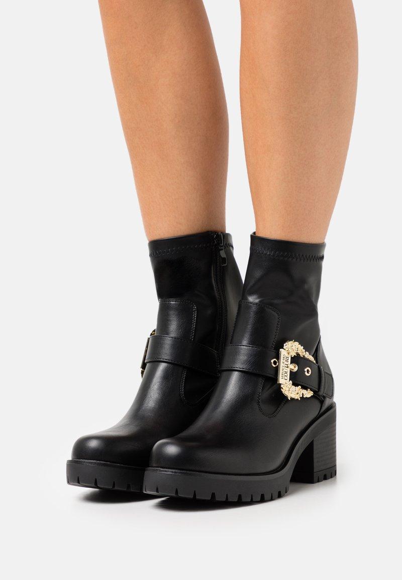 Versace Jeans Couture - Kotníkové boty na platformě - nero