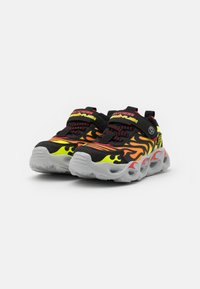 Skechers - THERMO FLASH - Tenisky - black/red - 1