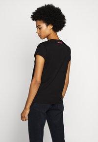 KARL LAGERFELD - IKONIK POCKET TEE GLASSES - T-shirt z nadrukiem - black - 2