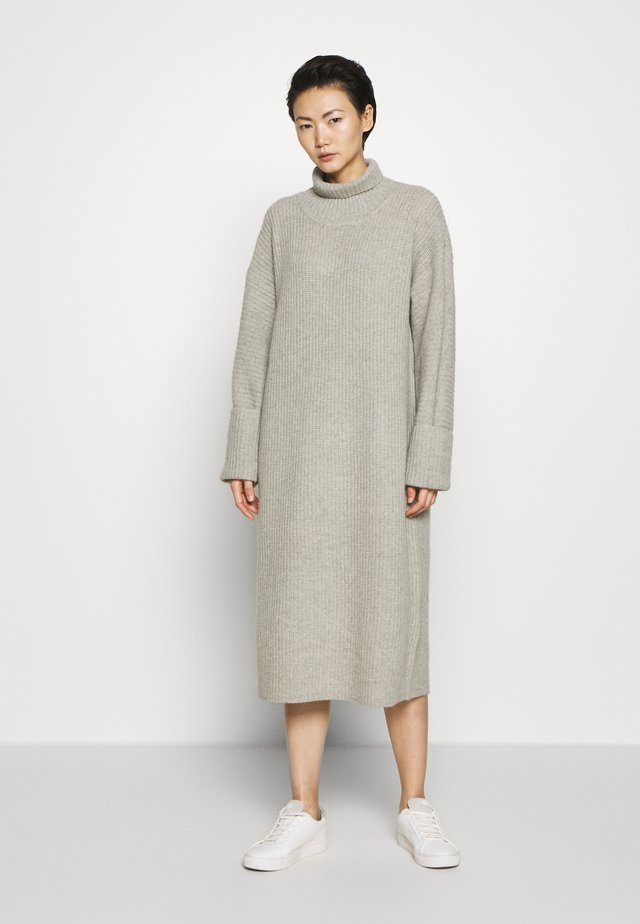 STERLING NECK DRESS - Pletené šaty - grey melange