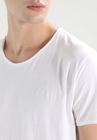 CHASIN' - EXPAND - Basic T-shirt - white - 4