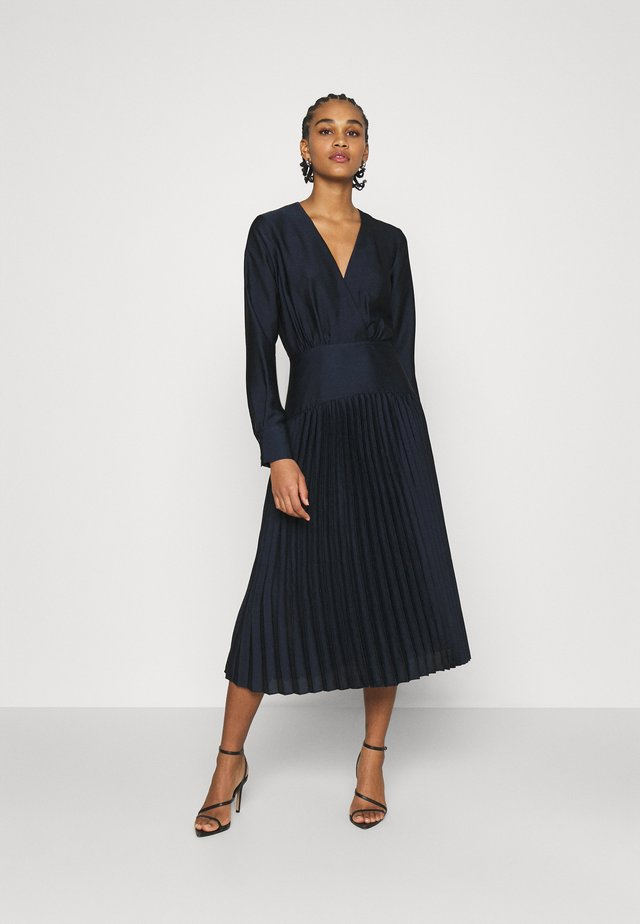 FEMININE DRESS WITH PLEATED SKIRT IN STRUCTURED QUALITY - Juhlamekko - night