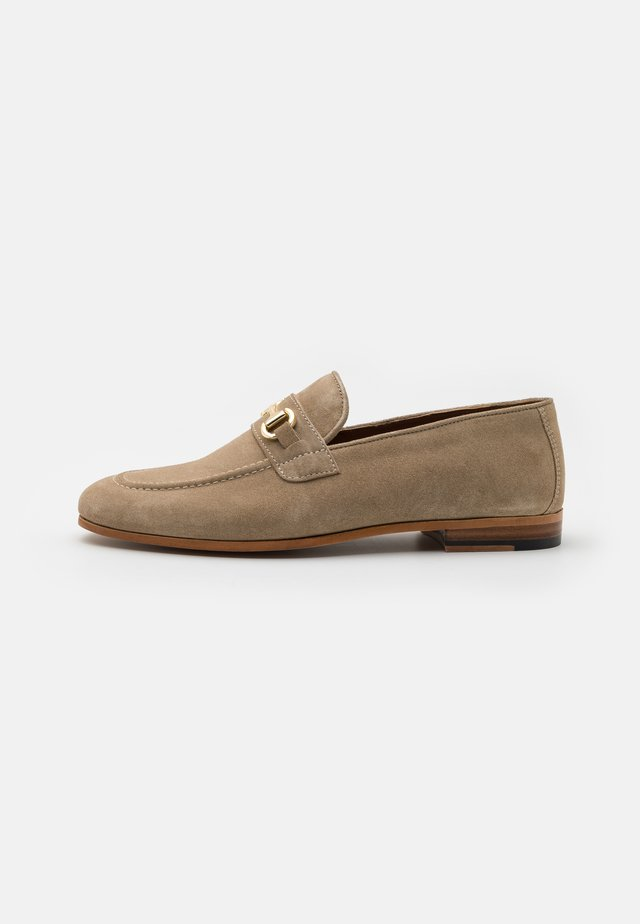 TERRY TRIM SADDLE LOAFER - Mocassins - flax