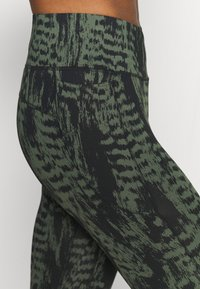 Casall - ICONIC PRINTED 7/8 - Tights - survive dark green - 4