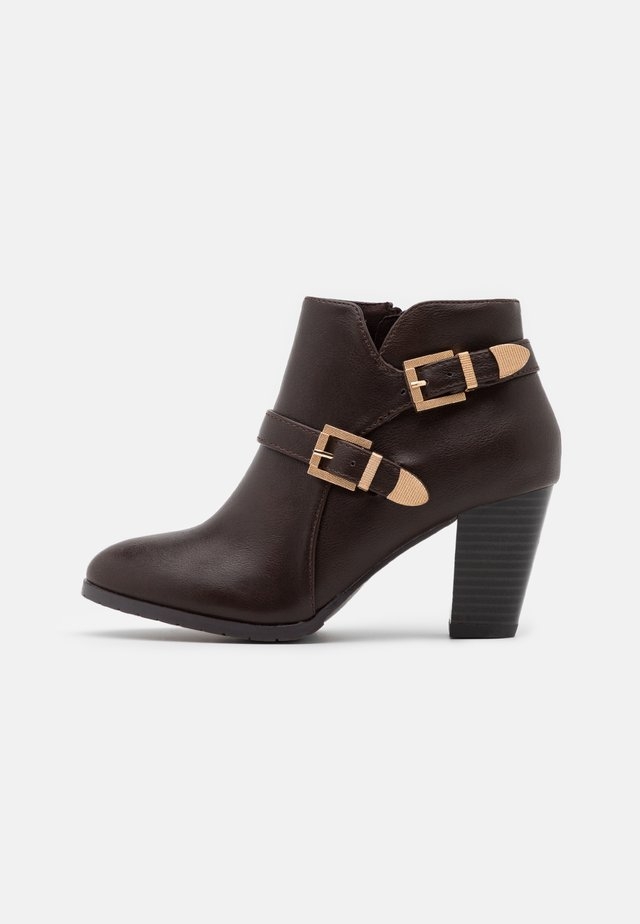 WIDE FIT WANTAGE - Ankle boots - chocolate