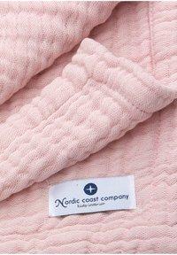 Nordic coast company - MUSSELINDECKE 4IN1 MULTIFUNKTIONSDECKE MUSSELIN GROSS - Muslin blanket - light pink - 3