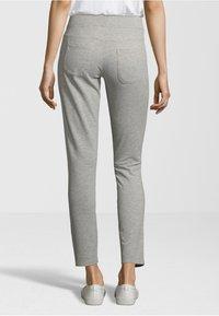 Juvia - Pantaloni sportivi - light grey - 1