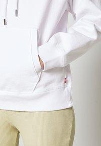 Levi's® - GRAPHIC HOOD - Bluza - white - 6