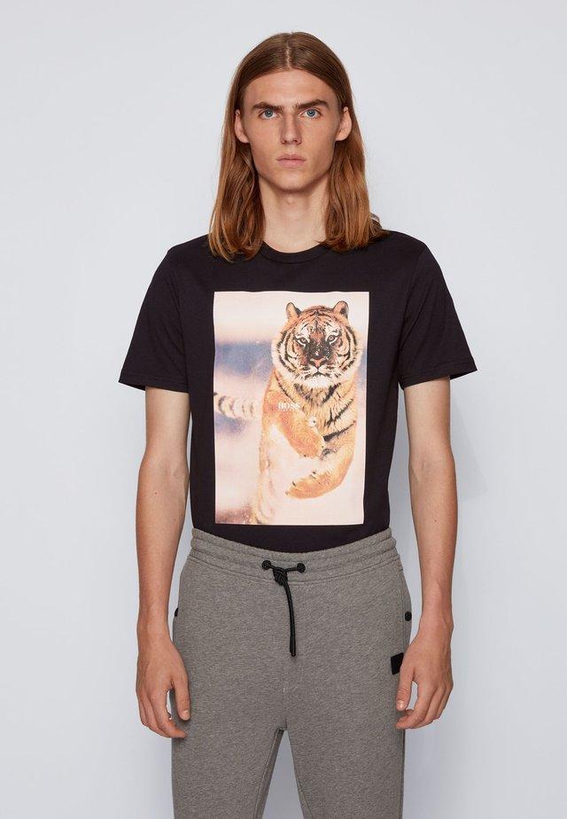 TOMIO - T-shirt con stampa - black