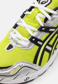 ASICS SportStyle - GEL-1090 UNISEX - Sneakers basse - lime zest/black - 5