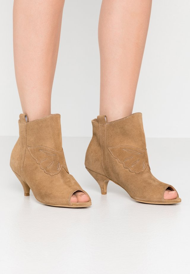 UNSTOPPABLE - Boots à talons - brown