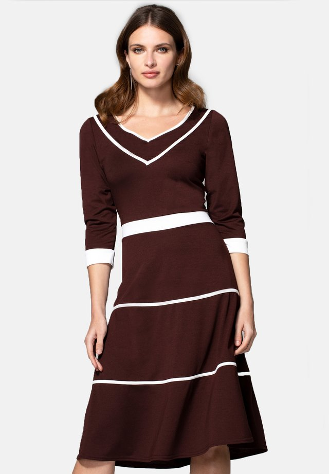 V NECK DRESS WITH CONTRAST PIPING - Denní šaty - chocolate jersey and cream piping
