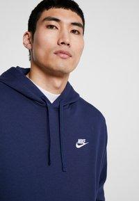 Nike Sportswear - CLUB HOODIE - Luvtröja - midnight navy/white - 3