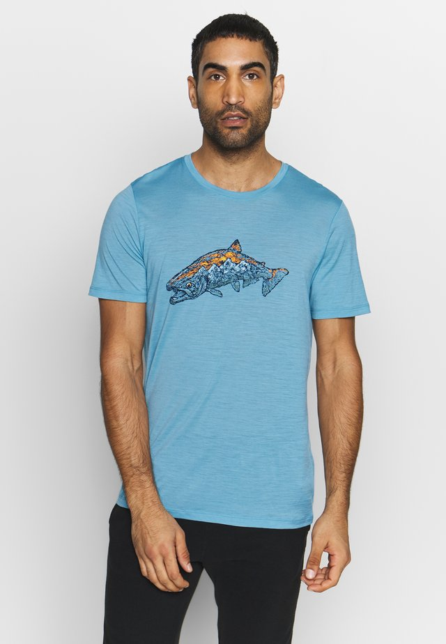 TECH LITE CREWE TETONS SALMON - Print T-shirt - waterfall