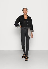 ONLY - ONLPOWER MID PUSH UP - Jeans Skinny - medium grey denim - 1