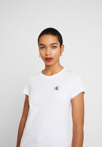 Calvin Klein Jeans - EMBROIDERY SLIM TEE - T-shirts - bright white - 3