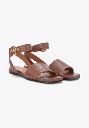 Sandali con cinturino - marrone