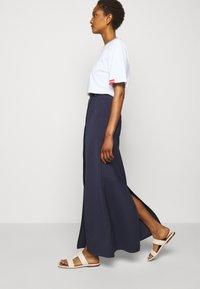 Victoria Victoria Beckham - SPLIT DETAIL LONG FAILLE SKIRT - Maxi sukně - midnight blue - 3