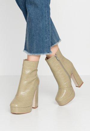 WIDE FIT HATTIE - Kotníková obuv na vysokém podpatku - sage green