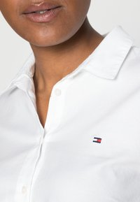 Tommy Hilfiger - HERITAGE REGULAR FIT - Button-down blouse - classic white - 4
