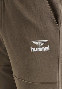 Hummel Hive - HMLSTEPHAN  - Tracksuit bottoms - walnut - 4