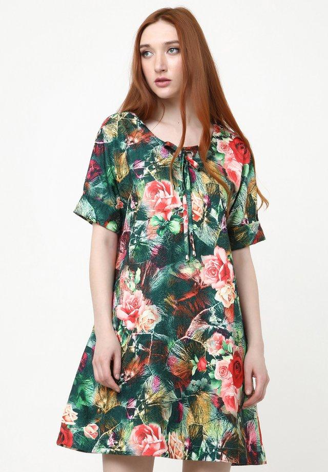 LAURA - Robe d'été - grün, koralle