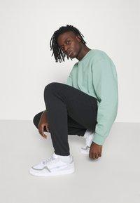 adidas Originals - CREW UNISEX - Sweatshirt - hazy green - 3