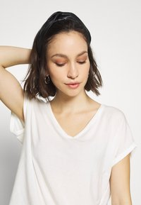 Vero Moda - VMAVA V NECK TEE - Basic T-shirt - snow white - 4