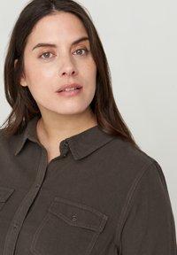 Zizzi - MIT BRUSTTASCHEN - Button-down blouse - green - 3