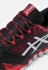 ASICS - GEL FUJITRABUCO 8 - Trail running shoes - classic red/piedmont grey - 5