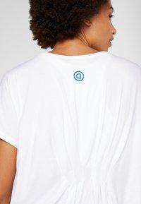 Desigual - TEE BACK PLEATS STUDIO - Print T-shirt - blanco - 5